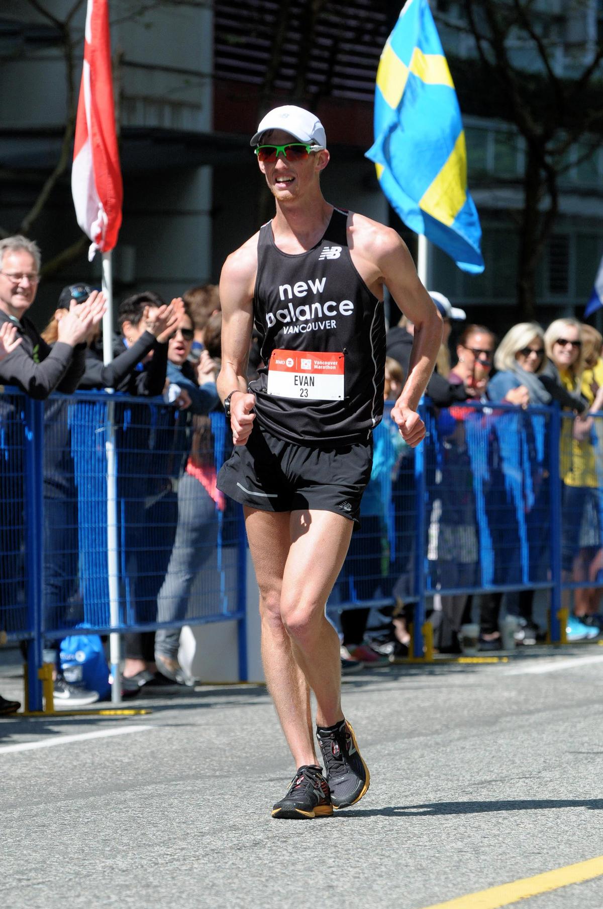 49-2017-EvanDunfee-OlympianRaceWalker-onlookers-VancouverMarathon-MarathonFoto-RUNVAN-web