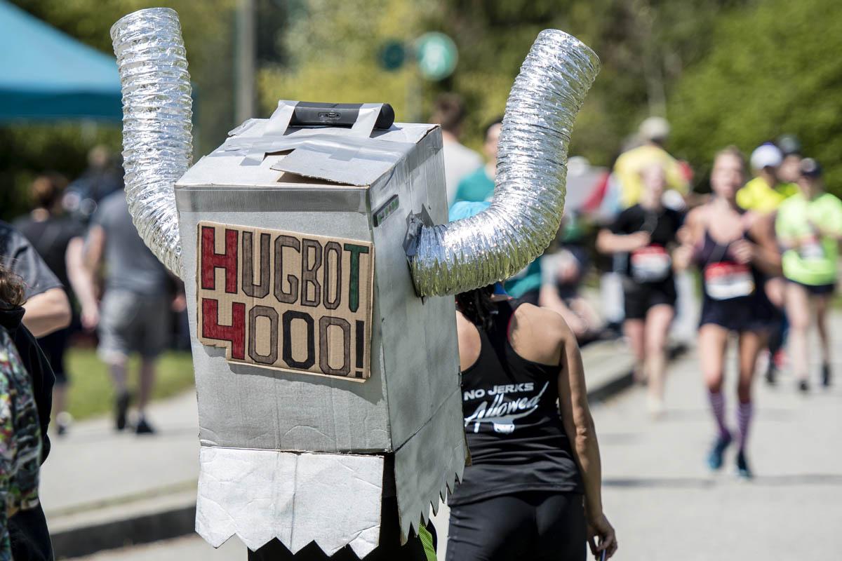 BMO Vancouver Marathon. Hugbot 4000. Photo: Jeff Bell / RUNVAN®